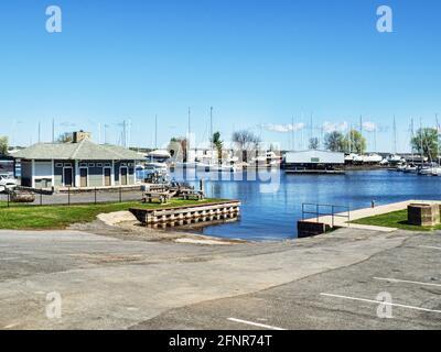 Sackets Harbor, New York, États-Unis. 12 mai 2021. Vue sur Navy point Marine dans le petit village historique de Sackets Harbour, sur le lac Ontario