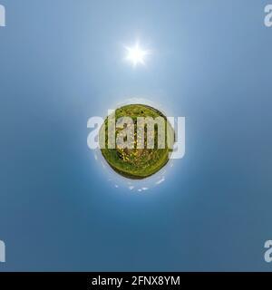petite planète sur le champ de pissenlits dans un ciel bleu avec de beaux nuages. Transformation du panorama sphérique à 360 degrés. Vue aérienne sphérique abstraite. Cu