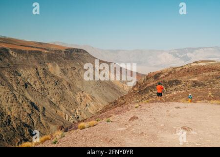 Death Valley, Californie, États-Unis- 13 avril 2021 Panamint Valley de Padre Crowley point à 4000 pieds dans le parc national de Death Valley, et silhouette de