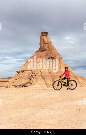 Jeune femme cycliste cycliste cycliste près de Castildetierra montagne dans les Badlans de Navarre (Bardenas Reales de Navarra) dessert au milieu de l'Espagne. M