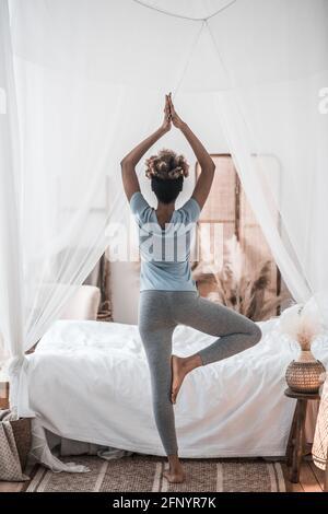 Vue arrière de la femme debout avec les bras levés