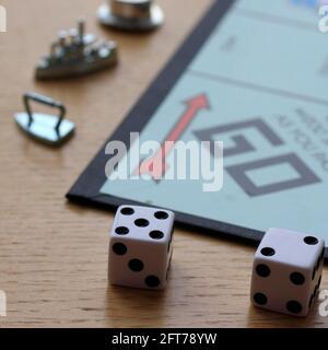 Morceaux de jeu de plateau de Monopoly et dés