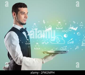 Beau jeune serveur en tuxedo tenant des icônes d'argent sur le plateau