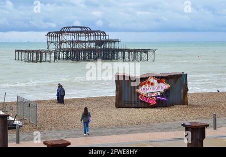 Brighton UK 22 mai 2021 - l'ancien conteneur d'expédition qui est apparu sur Brighton Beach pour promouvoir le nouveau film Netflix 'Army of the Deads' sur une matinée terne et incroyablement fraîche le long de la côte sud : Credit Simon Dack / Alay Live News