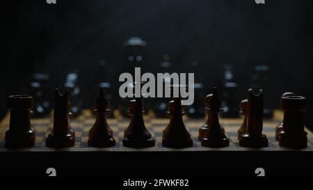 Jeu d'échecs illuminé avec effet de fumée. Adapté aux publicités.