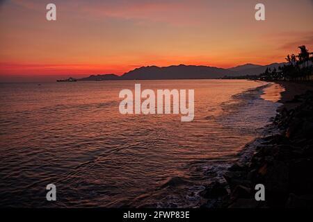 Lever du soleil au front de mer de Dili City.