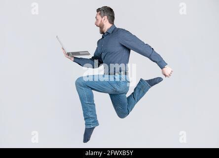 courir au succès. programmeur homme utiliser pc. entrepreneur en marche et en train de se lancer. entreprise agile.