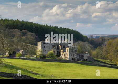 Barden Tower (ancien pavillon de chasse historique ruiné dans un cadre magnifique à la campagne) - pittoresque village rural de Bolton Abbey Estate, Yorkshire Dales, Angleterre, Royaume-Uni.