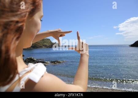 Gros plan de la femme en famille avec les mains sur la plage