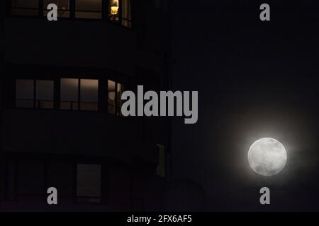 Malla Espagne 26 Mai 2021 La Deuxieme Super Pleine Lune De L Annee Connue Sous Le Nom De Lune De Fleur S Eleve Au Dessus Du Ciel La Super Lune Est Un Evenement Astronomique Qui