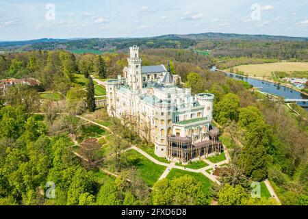 Vue aérienne sur le château de Hluboka nad Vltavou, château historique avec de beaux jardins près de Ceske Budejovice, République tchèque