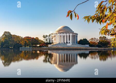 Thomas Jefferson Memorial vu de l'autre côté de l'eau calme du bassin marémotrice, dédié à Thomas Jefferson, le troisième président américain, Washington DC