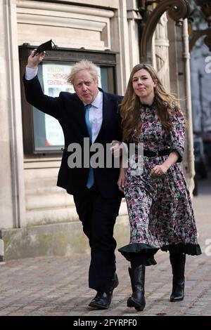 Londres, Royaume-Uni. 29 mai 2021. Le Premier ministre britannique BORIS JOHNSON s'est marié à la fiancée CARRIE SYMONDS lors d'une cérémonie privée à la cathédrale de Westminster. PHOTO DU DOSSIER: 6 mai 2021, Londres, Angleterre, Royaume-Uni: Le Premier ministre britannique BORIS JOHNSON et sa fiancée CARRIE SYMONDS après avoir voté aux élections du Super jeudi à Westminster. Credit: Tayfun Salci/ZUMA Wire/Alay Live News