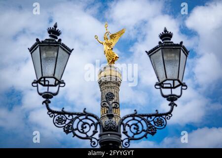 Vue sur la colonne de la victoire entre les anciennes lanternes de rue à berlin
