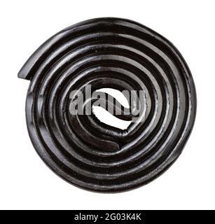 spirale de bonbons de réglisse noirs isolés sur fond blanc