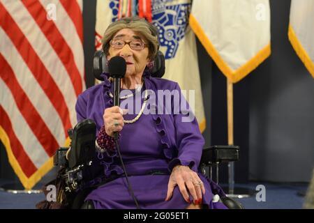 Reportage: Alyce Dixon, vétéran de l'Armée de terre de la Seconde Guerre mondiale, âgée de 106 ans, parle de ses expériences en tant que membre du corps d'Armée des femmes, lors d'un événement du mois de l'histoire des femmes au Pentagone, le 31 mars 2014. M. Dixon a reçu un prix femmes de caractère, de courage et d'engagement du ministère de l'Armée de terre, ainsi qu'un certificat d'appréciation du mois de l'histoire des femmes. Pendant la Seconde Guerre mondiale, Dixon a servi en Europe comme membre du 6888e Bataillon central de l'annuaire postal. La 6888e était la seule unité de femmes afro-américaines du WAC à servir outre-mer en Angleterre et en France pendant le culte