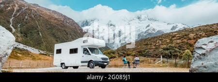 Camping camping-car van, voyage en voiture de camping-car en Nouvelle-Zélande. Couple sur voyage aventure de vacances. Touristes regardant la vue sur le parc national Aoraki Mount Cook et