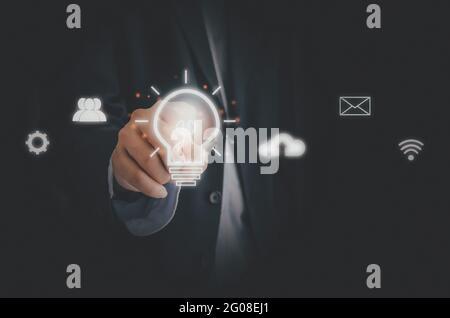 Homme d'affaires touchant l'ampoule icône d'écran médias sociaux et réseaux. Business concept Technology Process System.