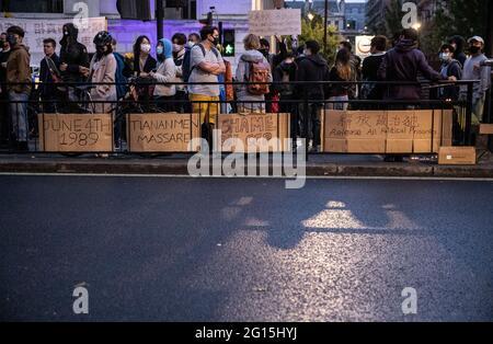 Des pancartes visibles à l'extérieur de l'ambassade chinoise à Londres.les manifestants se réunissent pour une veillée devant l'ambassade chinoise le 4 juin pour marquer le 32e anniversaire de la répression de la place Tiananmen en 1989 à Pékin. (Photo de May James   SOPA Images/Sipa USA)