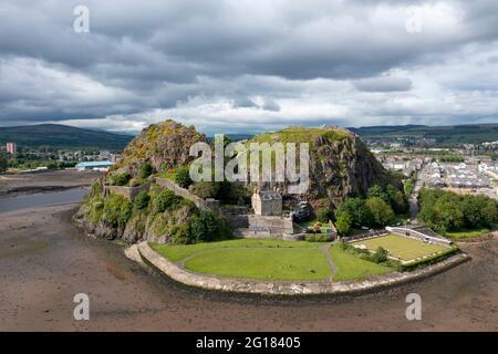 Vue aérienne du château de Dumbarton et de Dumbarton Rock sur les rives de la rivière Clyde, West Dumbartonshire. Le club de bowling Dumbarton Rock est en bas à droite.