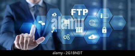 Main d'homme d'affaires touchant l'inscription FTP. Concept de technologie multimédia mixte.