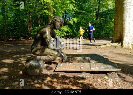 France, Bas Rhin, Strasbourg, quartier de la Roberstau, Parc du Château des Pourtales, Le Parc de la Sculpture, Genius loci (l'Esprit des lieux) par Giulio Paolini (2001), la figure qui se croise à côté d'une sphère est scruter une carte située sur le sol