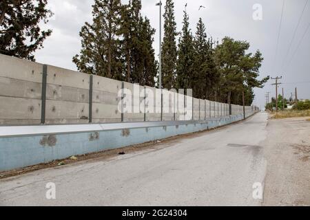Thessalonique, Grèce. 07e juin 2021. Vue sur un mur gris de 3 mètres construit autour du camp de réfugiés de Diavata près de Thessalonique. De hauts murs en béton sont construits autour de camps de réfugiés sur le continent grec et les îles grecques, un mouvement que la Grèce prétend être à des fins de sécurité. Crédit : SOPA Images Limited/Alamy Live News