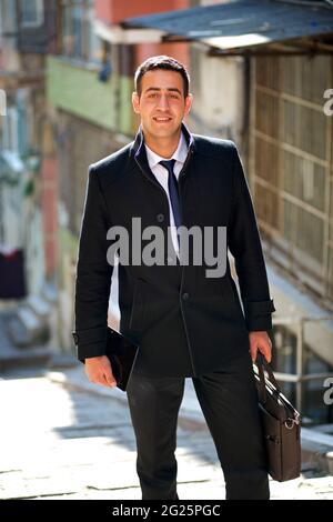 Portrait d'un homme d'affaires turc, habilement habillé d'un porte-documents. Istanbul, Turquie
