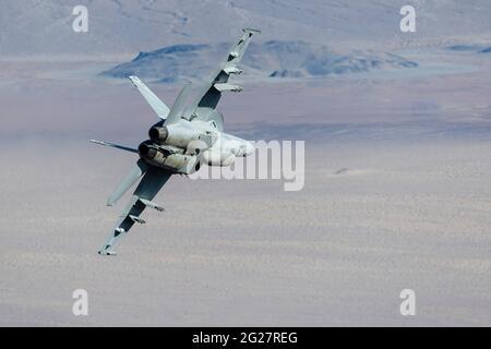 Un Super Hornet de la marine américaine F/A-18e traverse la vallée de la mort, en Californie.