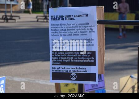 Londres, Royaume-Uni. 09e juin 2021. Une brochure d'information sur les inondations a été vue lors de la manifestation du G7.extinction les militants de la rébellion se sont rassemblés à l'extérieur de Tate Modern dans le cadre des manifestations plus larges du G7 sur le changement climatique, et pour sensibiliser le public à la montée du niveau des mers et aux inondations dues au réchauffement climatique. Crédit : SOPA Images Limited/Alamy Live News