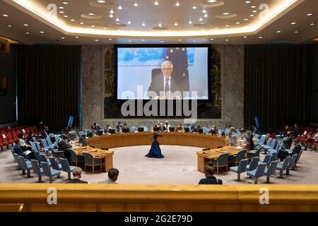 (210610) -- NATIONS UNIES, 10 juin 2021 (Xinhua) -- Josep Borrell, le chef de la politique étrangère de l'Union européenne (à l'écran), s'adresse à une réunion du Conseil de sécurité sur la coopération entre l'UE et l'ONU par liaison vidéo au siège de l'ONU à New York, le 10 juin 2021. Josep Borrell a appelé jeudi à des efforts pour faire vivre le multilatéralisme. (Eskinder Debebe/un photo/document via Xinhua)