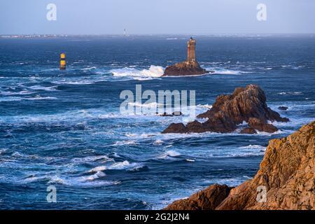 Vue de la côte de la Pointe du raz au phare de la Vieille, en arrière-plan l'Île de Sin, France, Bretagne, département du Finistère