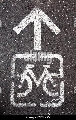 Une route blanche intéressante pour les vélos sur la chaussée, Borgo di Valsugana, Trento, Italie