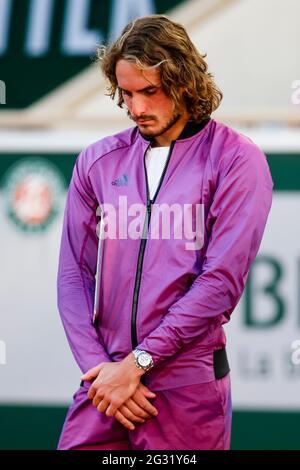 Stefanos Tsitsipas réagit déçu après la finale unique des hommes au tournoi de tennis Grand Chelem ouvert en 2021 à Roland Garros, Paris, France.