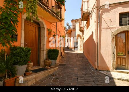 Ruvo del Monte, Italie, 06/12/2021. Une petite rue entre les vieilles maisons d'un village médiéval dans la région de Basilicate.