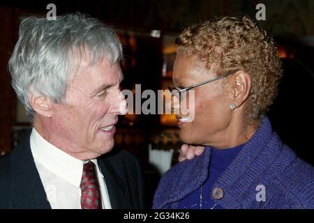 NEW YORK, NY- 4 MAI : Burt Bacharach et Dionne Warwick arrivent à la fête d'ouverture pour le look of Love, qui s'est tenue au Bryant Park Grill, le 4 mai 2003, à New York. Crédit : Joseph Marzullo/MediaPunch