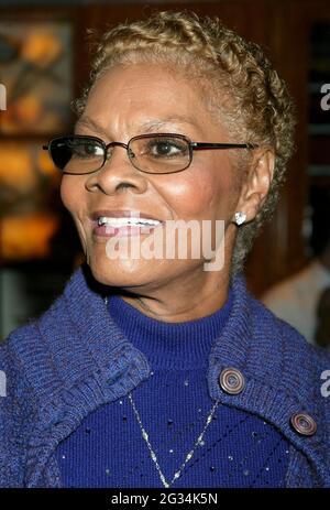 NEW YORK, NY- 4 MAI : Dionne Warwick arrive à la fête d'ouverture pour le look of Love, qui s'est tenue au Bryant Park Grill, le 4 mai 2003, à New York. Crédit : Joseph Marzullo/MediaPunch