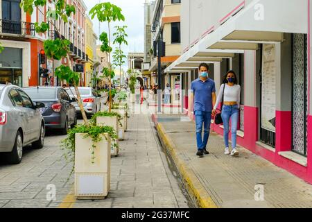 Couple portant des masques marchant dans le centre de Mérida Mexique