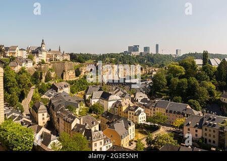 Vue depuis le mur de la ville de Luxembourg jusqu'au quartier inférieur de Grund, au bord de l'Alzette. En arrière-plan, la ligne d'horizon moderne sur le plateau de Kirchberg