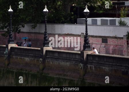 Les coeurs du mur commémoratif national de Covid peuvent être vus dans cette photo prise à partir du pont de Lambeth à Londres