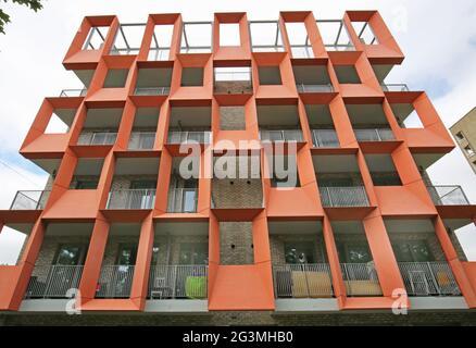 Panneaux de ciment à armature de verre (GRC) orange et dissuacent sur un nouveau bloc d'appartements locaux à Hackney, Londres, Royaume-Uni