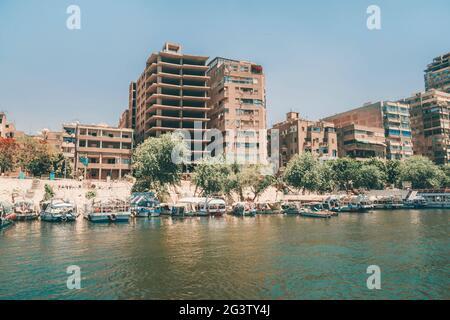 Vue sur le Caire moderne depuis le Nil. Gratte-ciels sur les rives du Nil.