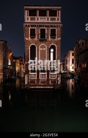 Vue sur le Palazzo Tetta la nuit à San Marco, Venise, Vénétie, Italie, Europe