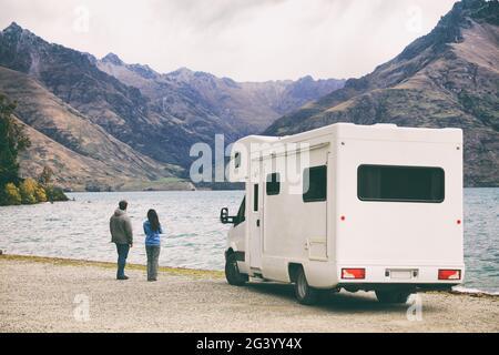 Camping camping-car camping-car van Road trip jeunes gens sur Nouvelle-Zélande voyage aventure de vacances, deux touristes regardant le lac et les montagnes sur le stand à côté