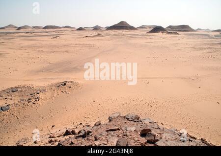 Vue sur les formations rocheuses de basalte et de grès vues depuis la montagne d'eau de Djedebre, dans la région du Sahara occidental en Égypte.