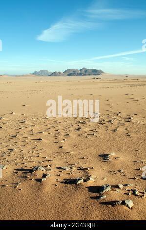 Le massif volcanique du Jebel Uweinat, qui chevauche les frontières de l'Égypte, de la Libye et du Soudan, vu du désert du Sahara dans le sud-ouest de l'Égypte.