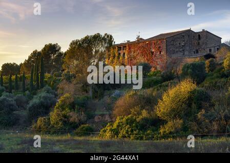 Coucher de soleil à la Garriga de Castelladral maison de campagne, un jour d'automne (Navàs, Barcelone, Catalogne, Espagne) ESP: Atardecer en la Garriga de Castelladral