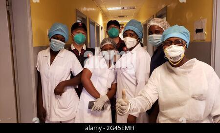 Pékin, Chine. 19 juin 2021. Photo de dossier montre des experts de l'équipe médicale chinoise et du personnel médical local posant pour une photo dans le cadre de la pandémie COVID-19 à Brazzaville, capitale de la République du Congo, le 26 mai 2020. Credit: Xinhua/Alay Live News