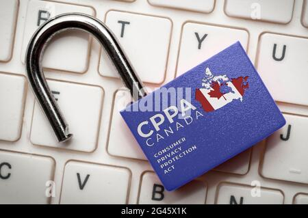 Nouvelle loi canadienne sur la protection des données (lpa) concept : un verrou ouvert sur un clavier d'ordinateur avec le texte Loi canadienne sur la protection de la vie privée des consommateurs
