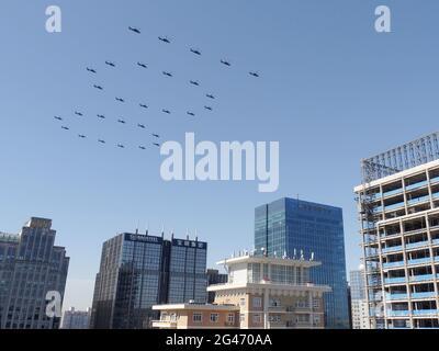 Pékin, Chine. 19 juin 2021. Des hélicoptères survolent Pékin en formation du « 100 » le 19 juin 2021, lors d'une répétition d'un événement de juillet pour célébrer le 100e anniversaire du Parti communiste chinois. (Kyodo)==Kyodo photo via Credit: Newscom/Alay Live News Credit: Newscom/Alay Live News